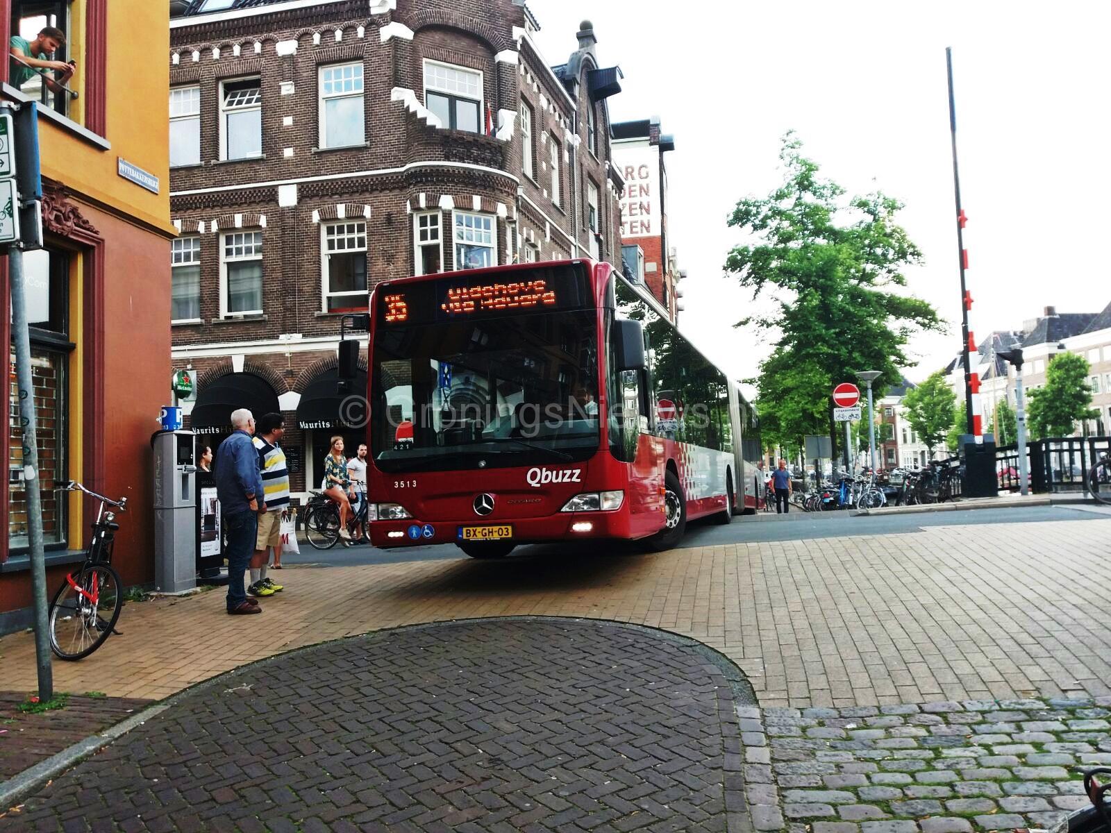Bus rijd zichzelf vast op brug bij Astraat