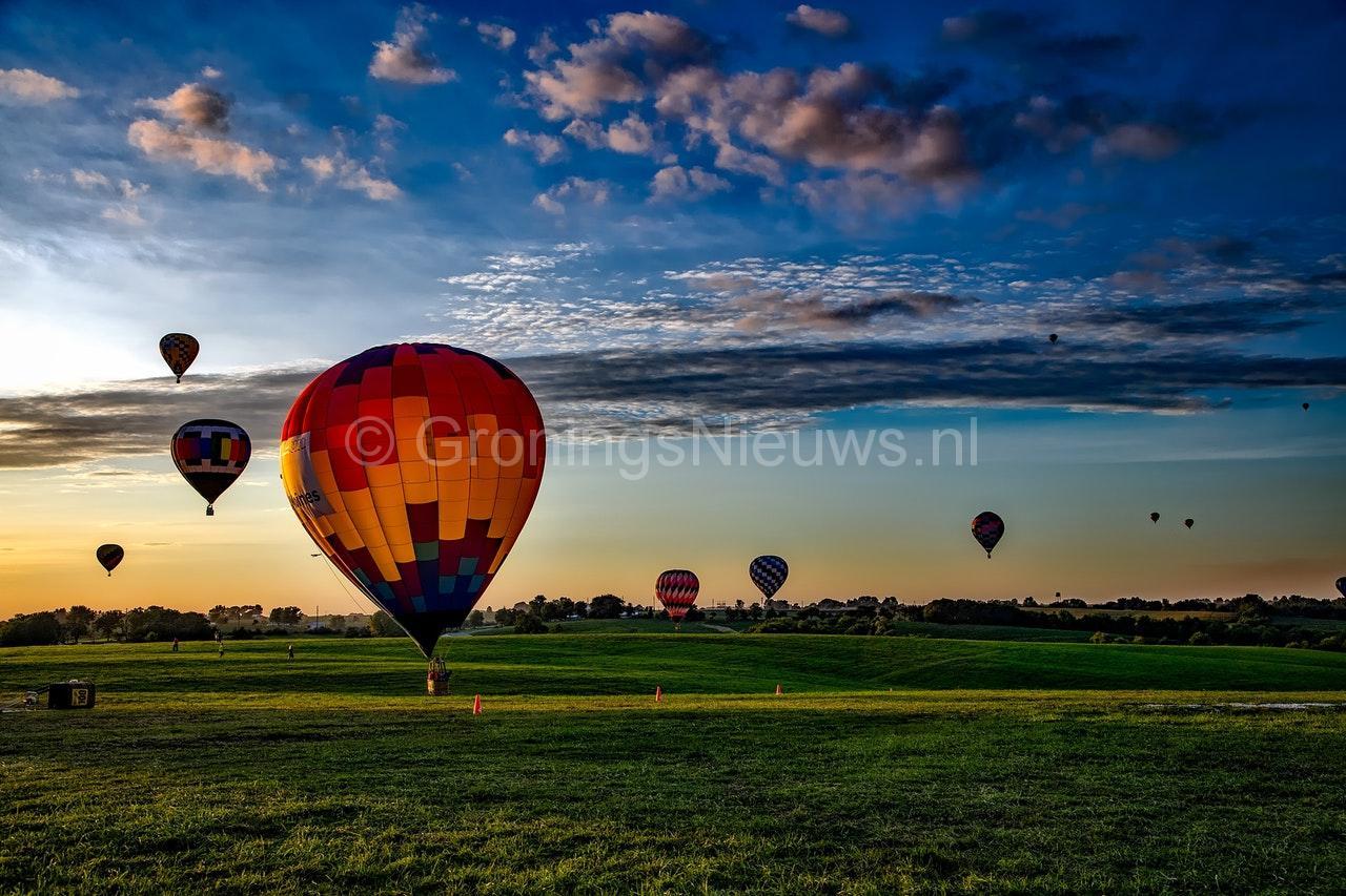 Tientallen heteluchtballonnen stijgen op vanuit 'achtertuin' tijdens Ballon Fiësta