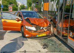 Automobilist botst frontaal op lijnbus