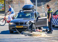 Automobilist rijdt overweglamp stuk