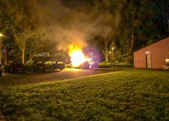 Geparkeerde auto door brand verwoest